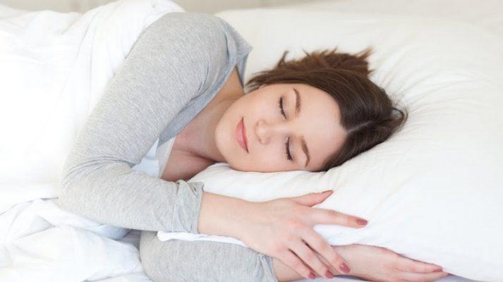 Chị em văn phòng nên cố gắng ngủ đúng và đủ giấc để cân bằng hormone trong cơ thể